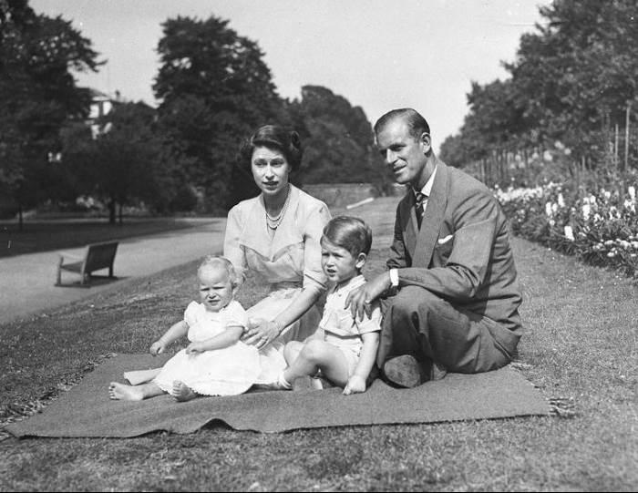Королева Елизавета II с детьми