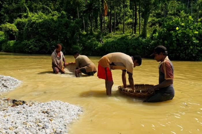 Добыча сапфиров на Шри-Ланке