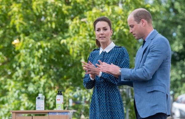 Кейт и Уильям обрабатывают руки