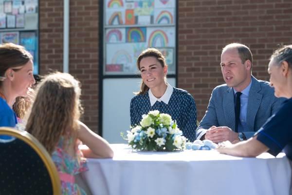 Кейт Миддлтон и принц Уильям беседуют со Сьюзи Воган