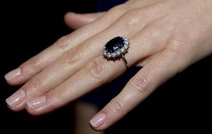 Сапфир на руке Кейт Миддлтон в день помолвки