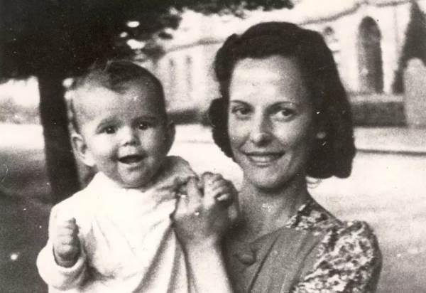 Маленькая Сильвия с матерью