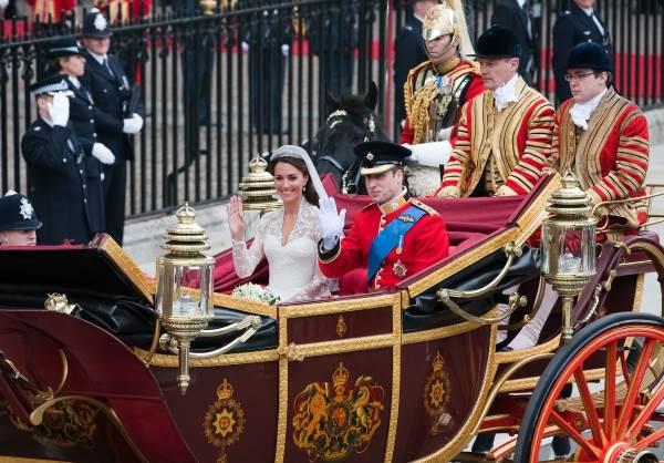 Кейт Миддлтон и принц Уильям в экипаже
