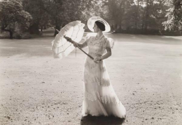 Будущая королева-мать в саду Букингемского дворца