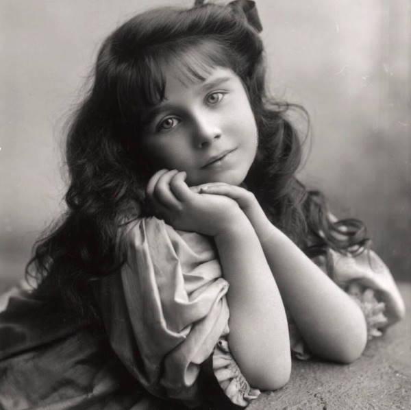 Леди Боуз-Лайон в детстве