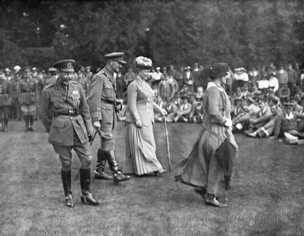 Королевская чета посещает раненых солдат
