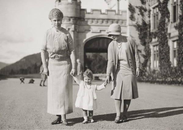 Королева Мария с принцессой Елизаветой
