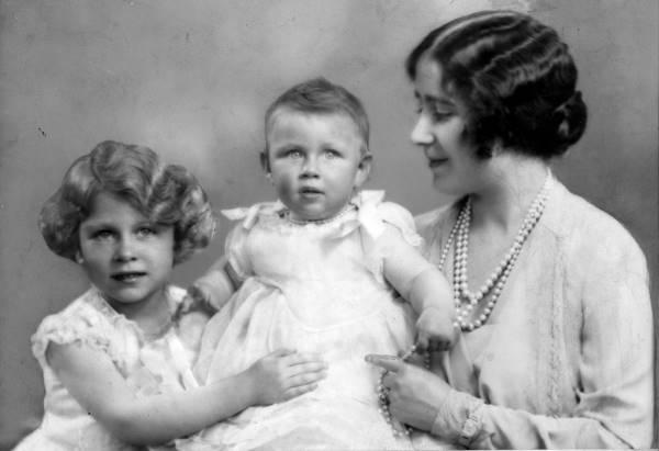 Герцогиня Йоркская с дочерьми в 1930 году
