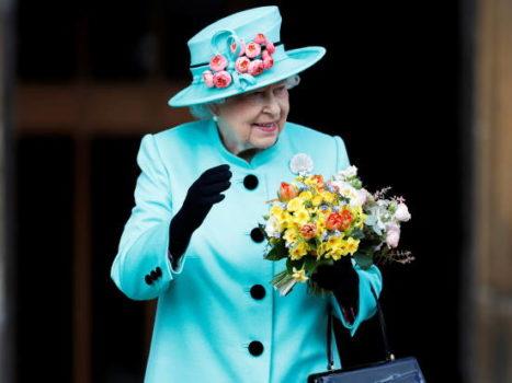 Королева Елизавета машет