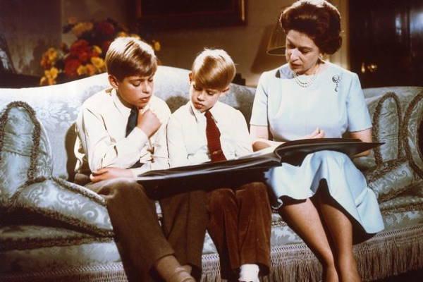 Королева с сыновьями на Рождество