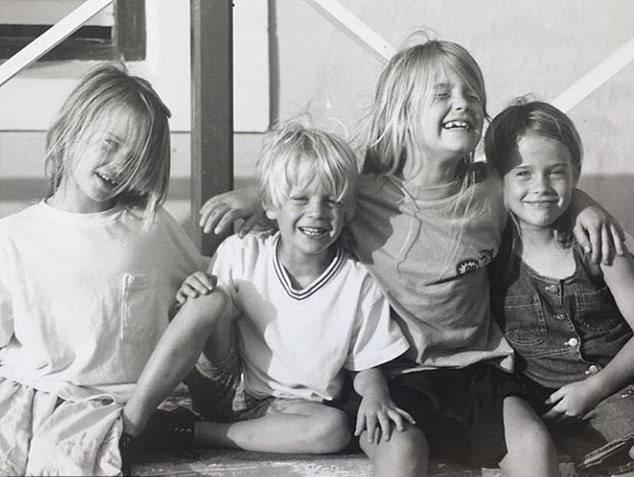 Луи с сестрами