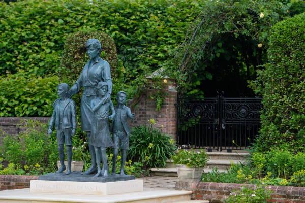 Памятник принцессе Диане в Затонувшем саду