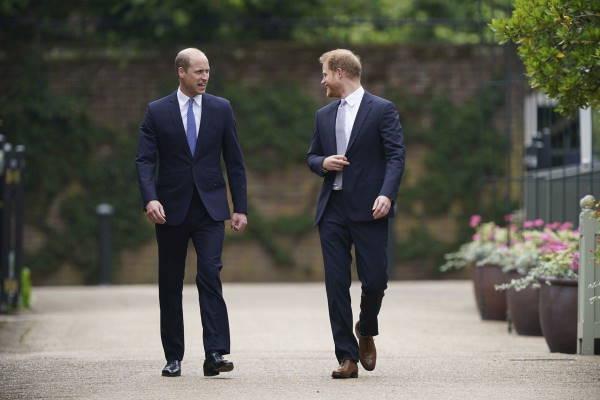 Принцы Уильям и Гарри в Кенсингтонском саду