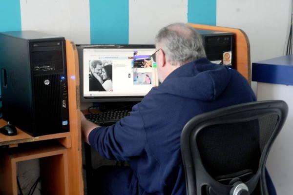 Томас Маркл в интернет-кафе